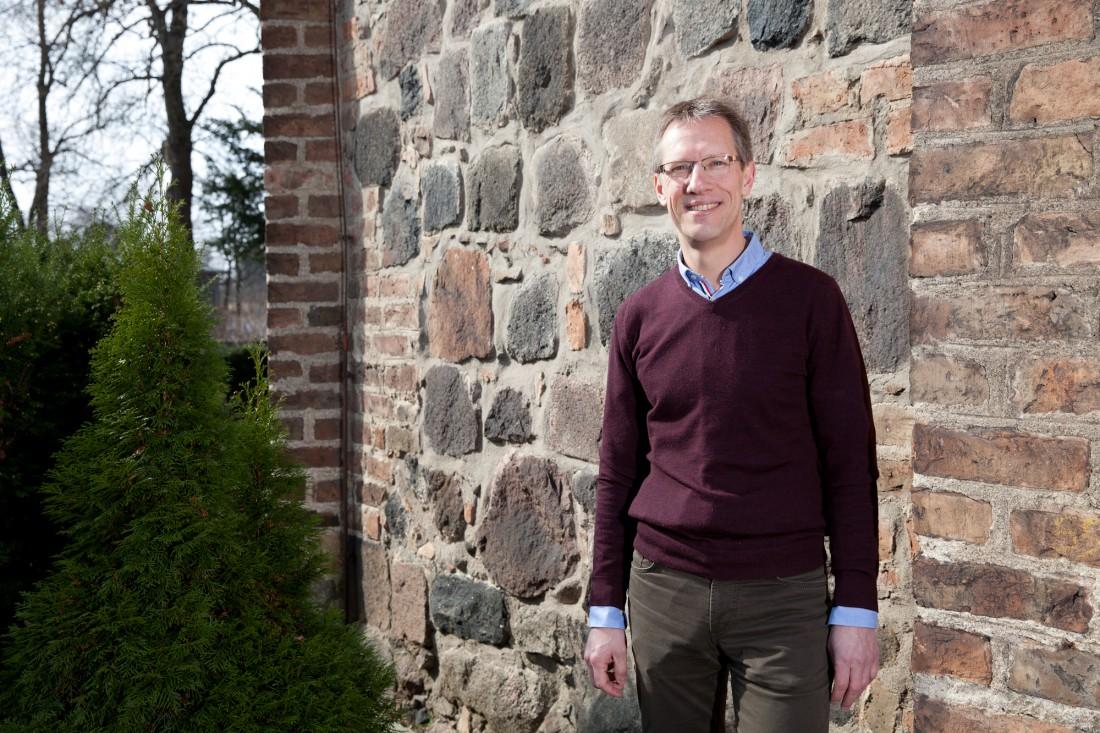 Pfarrer Dekara koordiniert die Flüchtlingshilfe in seiner Gemeinde in Berlin-Dahlem.
