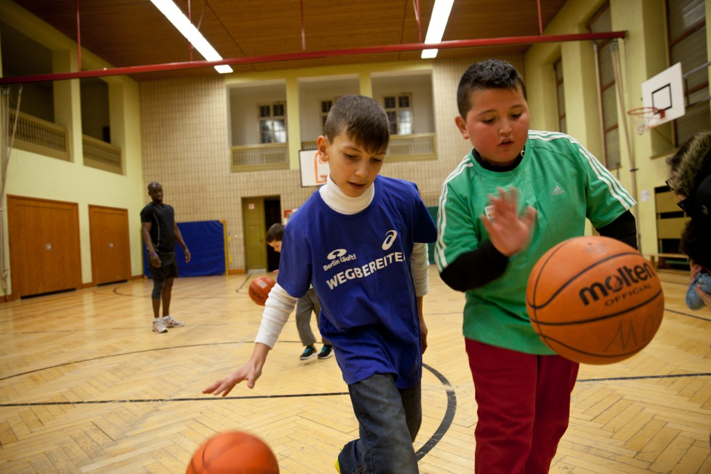 Einfach Kind sein: Flüchtlingskinder aus der Notunterkunft in der Traglufthalle dürfen die Kurse des Sportverein ASV Berlin-Mitte besuchen.