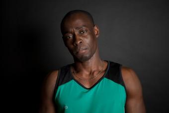 Leichtathletiktrainer David vom Sportverein ASV Berlin-Mitte integriert Fluechtlingskinder in seine Sportkurse im Leichtathletik. David stammt aus Nigeria und ist seit 5 Jahren in Deutschland. (c) Kathrin Harms & Esteve Franquesa 2015