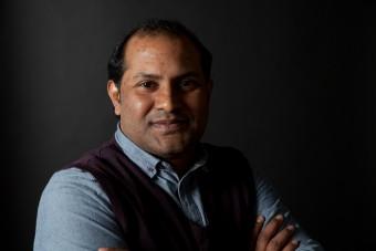 Nadeem Aftab ist aus Pakistan geflohen. Hier ist er in der Notunterkunft Traglufthalle (c) Kathrin Harms & Esteve Franquesa 2015