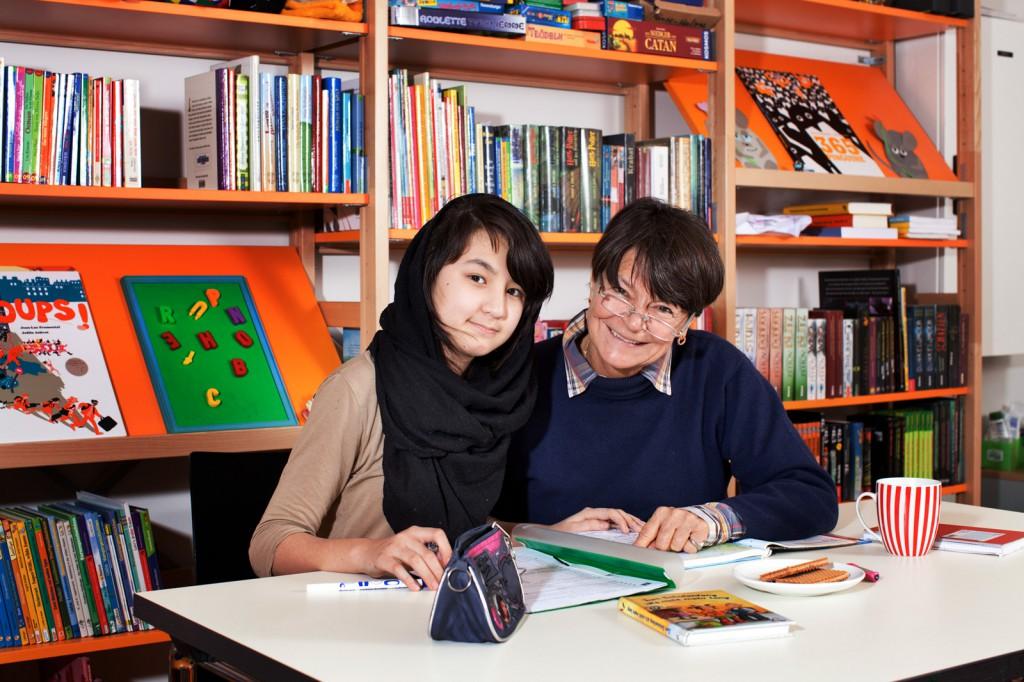Gabriele Richter gibt Hausaufgabenhilfe im Paul Gerhard Stift/Refugium. (c) Kathrin Harms 2015