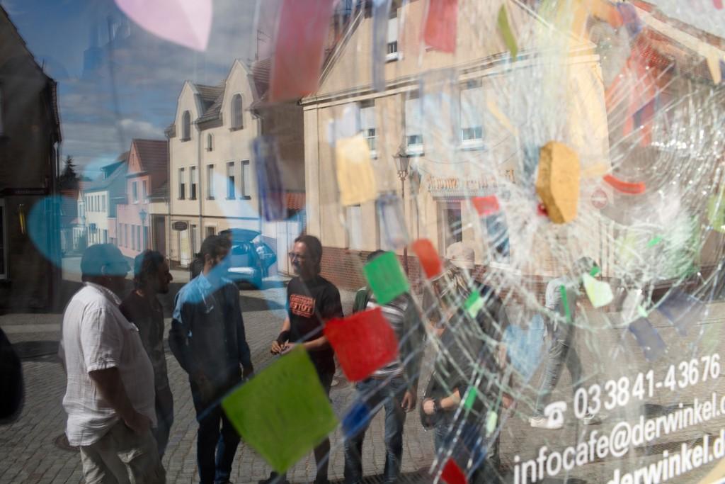 """Ehrenamtliche engagieren sich im Info-Cafe """"Der Winkel"""" fuer Gefluechtete. (c) Kathrin Harms 2015"""